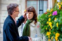 Hombre en amor con una mujer que camina en la ciudad de la primavera Fotografía de archivo libre de regalías