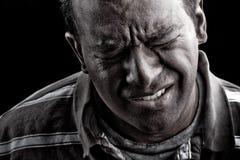 Hombre en angustia o dolor extrema Imágenes de archivo libres de regalías