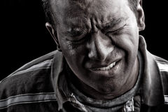 Hombre en angustia o dolor extrema