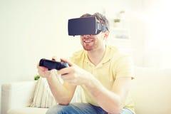 Hombre en auriculares de la realidad virtual con el regulador Fotos de archivo libres de regalías