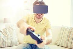 Hombre en auriculares de la realidad virtual con el regulador Imagen de archivo libre de regalías