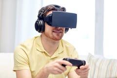 Hombre en auriculares de la realidad virtual con el regulador Fotos de archivo