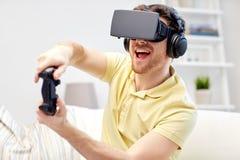 Hombre en auriculares de la realidad virtual con el regulador Foto de archivo