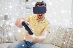 Hombre en auriculares de la realidad virtual con el regulador Fotografía de archivo