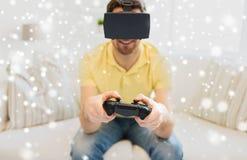 Hombre en auriculares de la realidad virtual con el regulador Foto de archivo libre de regalías