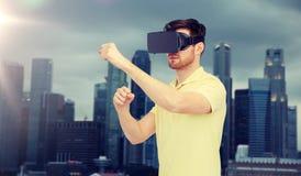 Hombre en auriculares de la realidad virtual o los vidrios 3d Imagen de archivo libre de regalías