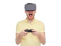 Hombre en auriculares de la realidad virtual o los vidrios 3d Fotos de archivo libres de regalías