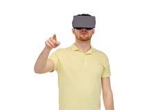 Hombre en auriculares de la realidad virtual o los vidrios 3d Foto de archivo libre de regalías