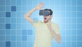 Hombre en auriculares de la realidad virtual o los vidrios 3d Fotografía de archivo libre de regalías