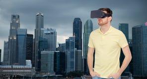Hombre en auriculares de la realidad virtual o los vidrios 3d Imagen de archivo