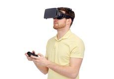Hombre en auriculares de la realidad virtual o los vidrios 3d Imagenes de archivo