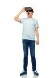 Hombre en auriculares de la realidad virtual o los vidrios 3d Fotos de archivo