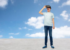 Hombre en auriculares de la realidad virtual o los vidrios 3d Imágenes de archivo libres de regalías