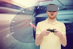 Hombre en auriculares de la realidad virtual y juego de las carreras de coches Imagenes de archivo