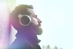 Hombre en auriculares que escucha la música Fotos de archivo libres de regalías