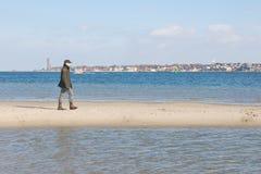 Hombre en banco de arena Fotografía de archivo