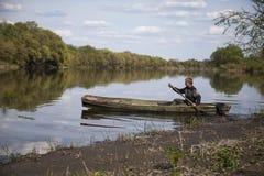 Hombre en barco Fotos de archivo libres de regalías