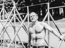 Hombre en barras Fotos de archivo libres de regalías