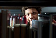 Hombre en biblioteca Fotografía de archivo libre de regalías