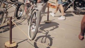 Hombre en bicicleta del soporte del casquillo conforme a otra diferente en la calle exposición Día asoleado del verano metrajes