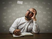 Hombre en blanco y letras Foto de archivo libre de regalías