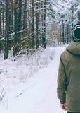 Hombre en bosque Fotos de archivo libres de regalías