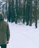 Hombre en bosque Foto de archivo libre de regalías
