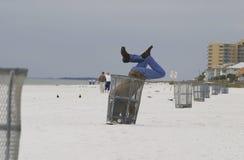 Hombre en bote de basura Foto de archivo libre de regalías