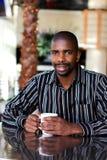 Hombre en cafetería Foto de archivo
