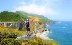 Hombre en caminar viaje que goza de las montañas hermosas del verano, paisaje costero, Fotografía de archivo