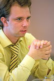 Hombre en camisa amarilla Fotografía de archivo libre de regalías