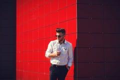 Hombre en camisa en un fondo rojo Imágenes de archivo libres de regalías
