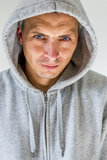 Hombre en camisa encapuchada Imagen de archivo libre de regalías