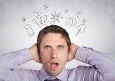 Hombre en camisa lavendar con las manos en la cabeza con garabatos contra la pared blanca Imagen de archivo libre de regalías