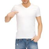 Hombre en camiseta blanca en blanco Foto de archivo libre de regalías
