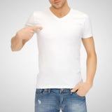 Hombre en camiseta blanca en blanco Imagenes de archivo