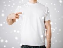 Hombre en camiseta blanca en blanco Imagen de archivo libre de regalías