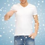 Hombre en camiseta blanca en blanco Fotos de archivo