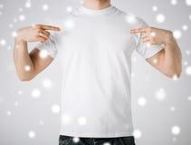 Hombre en camiseta blanca en blanco Imágenes de archivo libres de regalías