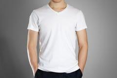 Hombre en camiseta blanca en blanco frente Aliste para su diseño Manos Foto de archivo