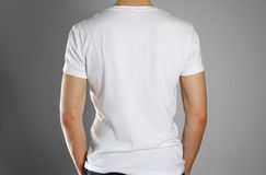 Hombre en camiseta blanca en blanco rear Aliste para su diseño Manos Fotografía de archivo