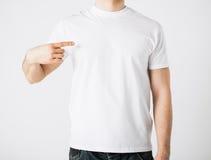 Hombre en camiseta en blanco Foto de archivo libre de regalías