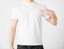 Hombre en camiseta en blanco Fotografía de archivo libre de regalías
