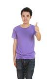 Hombre en camiseta en blanco con los pulgares para arriba Fotografía de archivo