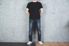 Hombre en camiseta negra Imagenes de archivo
