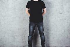 Hombre en camiseta negra Fotos de archivo libres de regalías