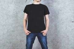 Hombre en camiseta negra Fotos de archivo