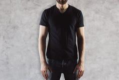 Hombre en camiseta negra Fotografía de archivo libre de regalías