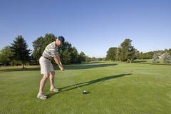Hombre en campo de golf Imagen de archivo libre de regalías