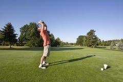 Hombre en campo de golf - horizontalmente imagen de archivo libre de regalías